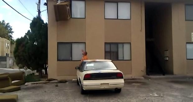 Stěhování pohovky oknem